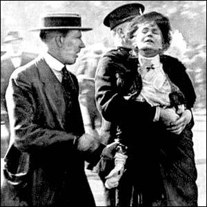 wd2Emmeline_Pankhurst_addresses_crowd_in_1913