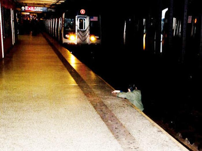 A szemlélő effektus - Te megmentetted volna a sínekre esett férfit?